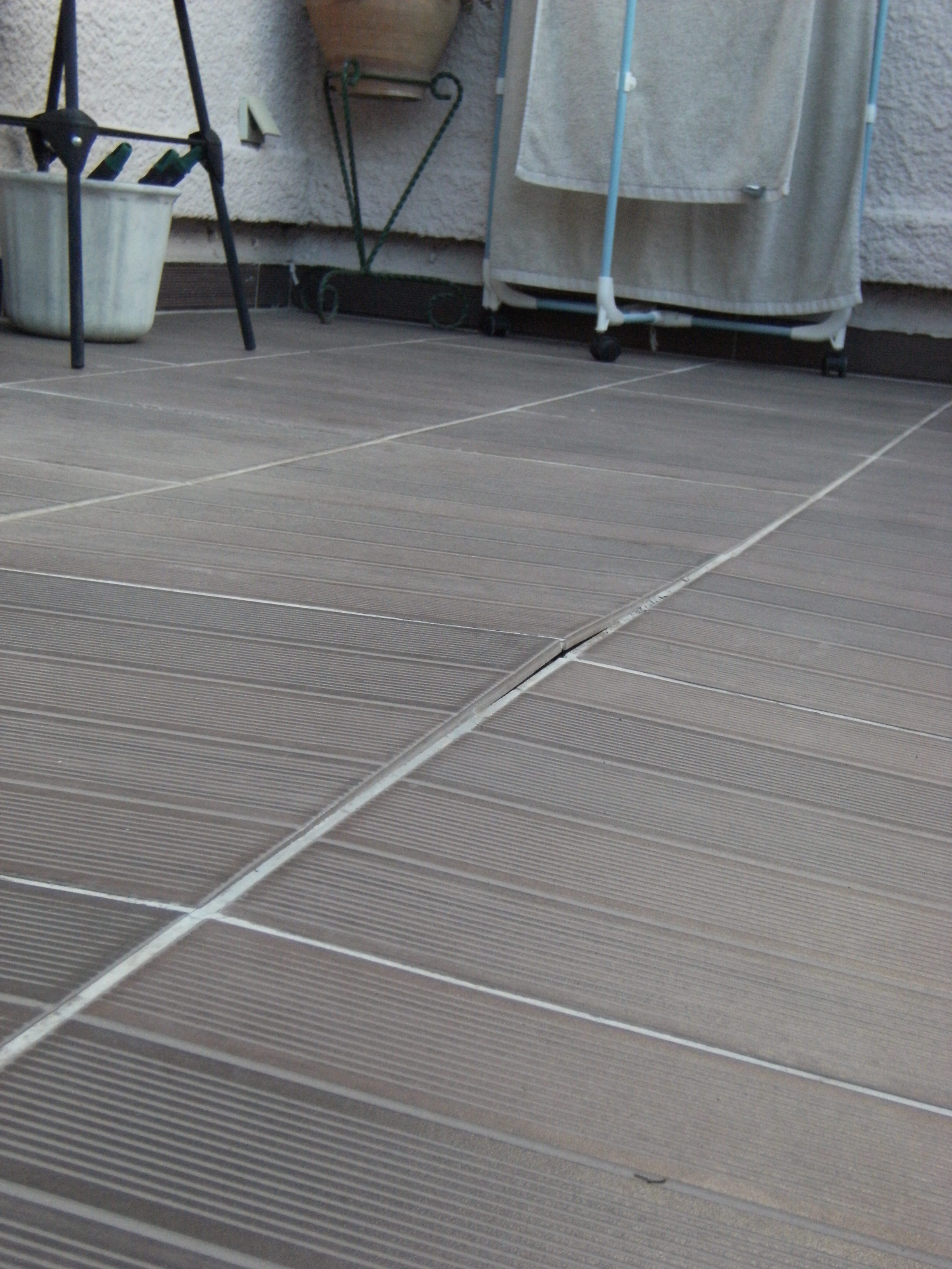 Carrelage de terrasse qui se soul ve for Photo terrasse carrelage gris