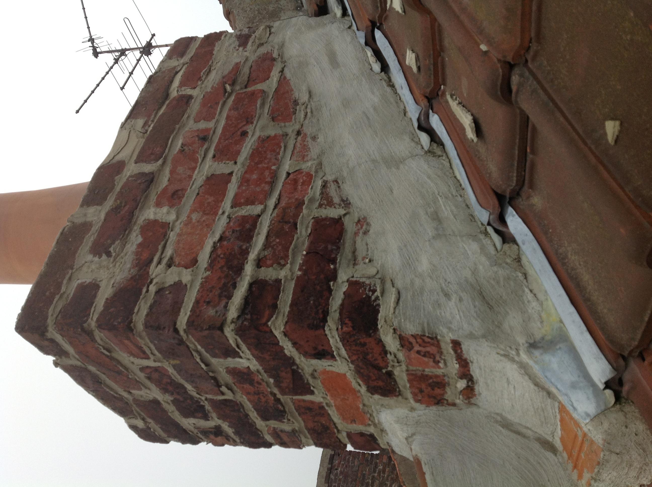 Conduit De Cheminee En Brique Rouge tâches d'humidité sur place collé à un ancien cond