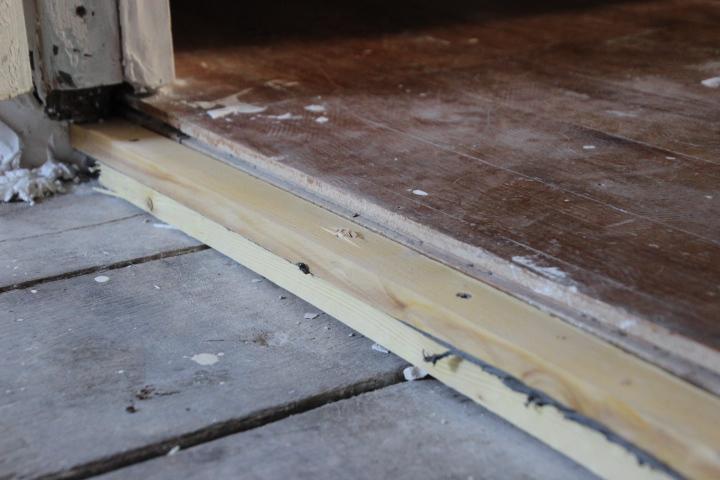 mettre niveau un vieux plancher en bois communaut. Black Bedroom Furniture Sets. Home Design Ideas
