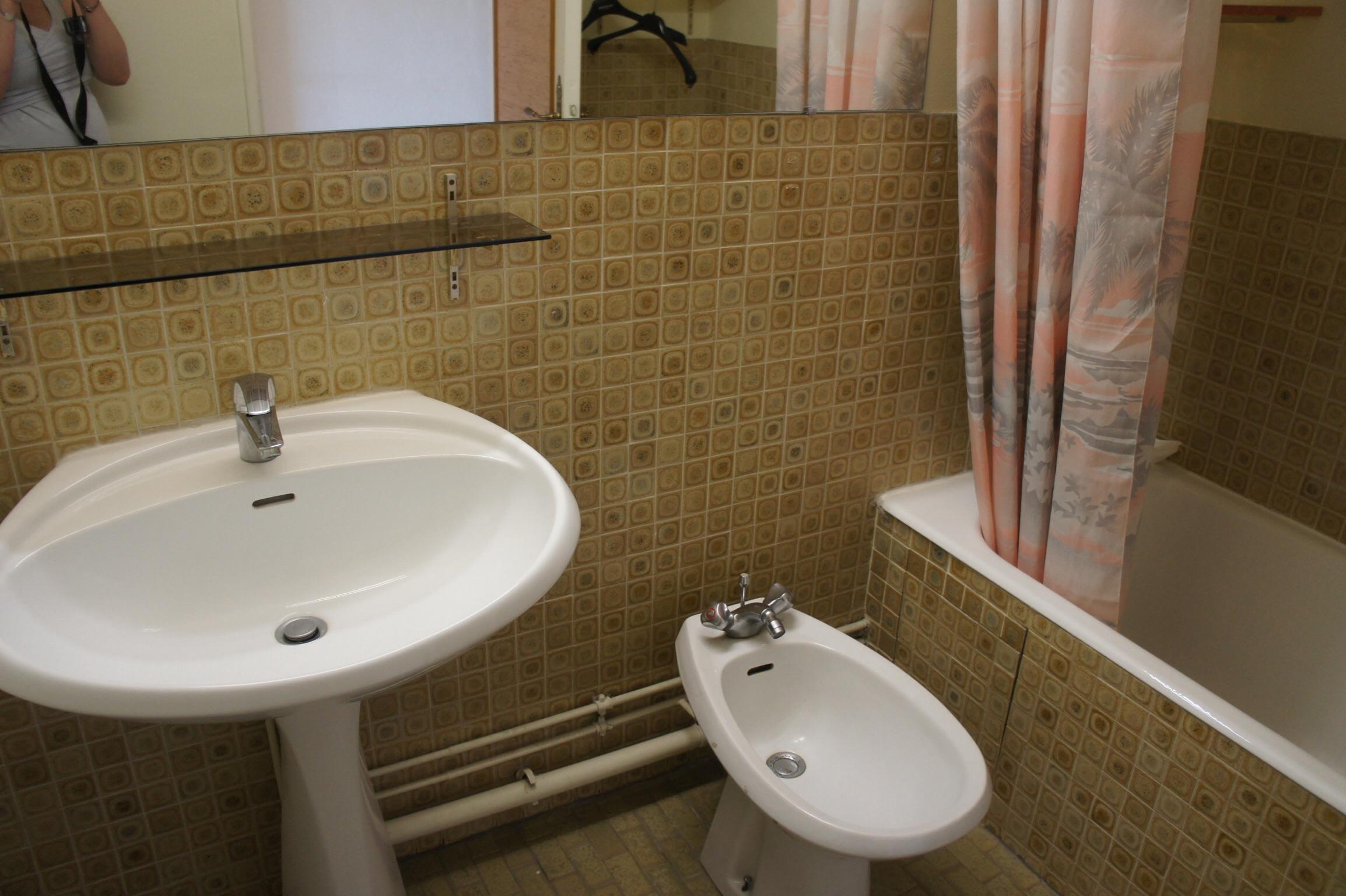 cacher un bidet dans une salle de bain mais trs peu esthtique la tuyauterie de salle de bain. Black Bedroom Furniture Sets. Home Design Ideas